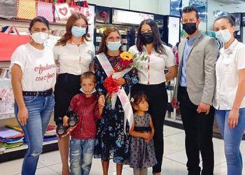 """Representantes de la empresa y la Fundación """"Ayudando con amor"""" celebraron a lo grande la decisión de los cibernautas junto a la ganadora, la señora Telma Hernández y sus hijos."""