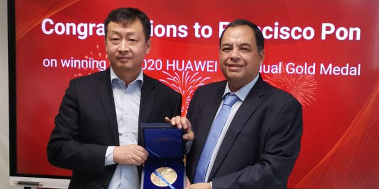 El gerente país Honduras, Eric Liu, le entrega medalla a Francisco Pon.