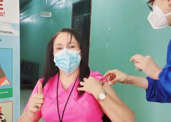 La doctora Arely Romero, recibe la segunda dosis de la vacuna.