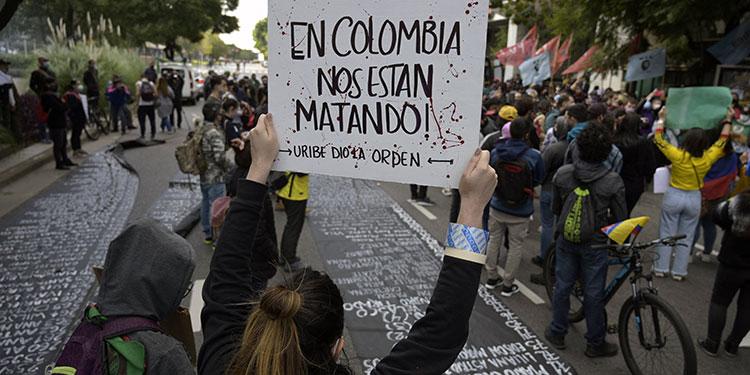 La ONU, la Unión Europea y Estados Unidos denunciaron un uso desproporcionado de la fuerza por parte de la policía de Colombia para controlar las protestas. .  (LASSERFOTO AFP)