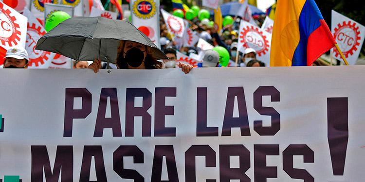 Decenas de miles de personas volvieron a un nuevo paro nacional, a echarse a las calles de Bogotá y otras ciudades del país en protesta contra las políticas del presidente. (LASSERFOTO AFP)