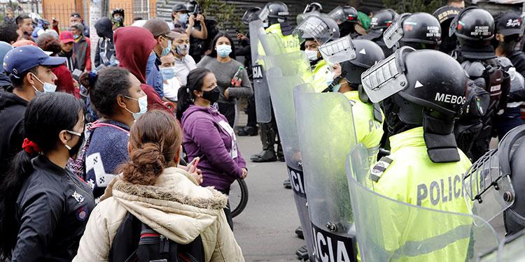 El presidente Iván Duque, ordenó a la fuerza pública levantar los bloqueos de vías con los que los manifestantes impiden el abastecimiento en varias regiones del país.   (LASSERFOTO EFE)