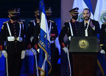 """El presidente Nayib Bukele agradeció la labor del ejército de proteger a El Salvador de """"enemigos internos y externos"""", en momentos en que el país recibe críticas de opositores y de la comunidad internacional. (LASSERFOTO AFP)"""