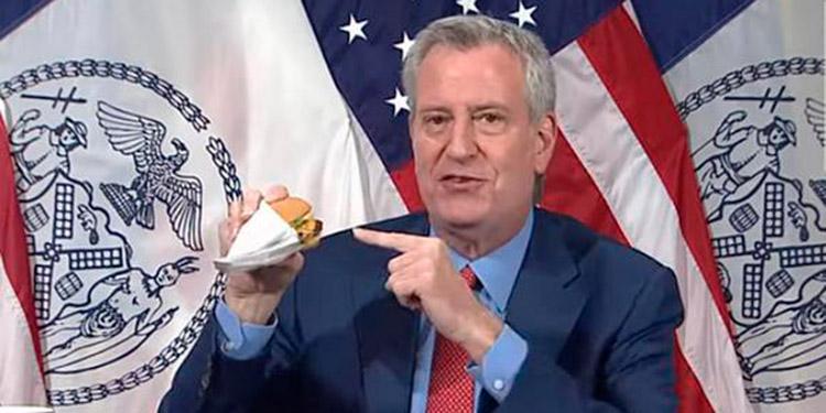 El alcalde de Nueva York, Bill de Blasio, presentó la promoción comiéndose una hamburguesa en plena conferencia de prensa.