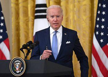 El presidente estadounidense, Joe Biden, ordenó que las banderas nacionales ondeen a media asta en los edificios públicos. (LASSERFOTO AFP)