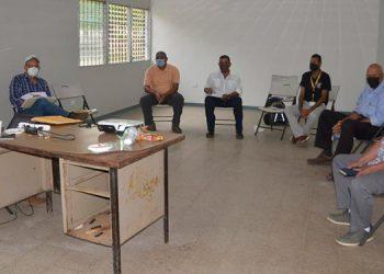 Regantes revisan la documentación para la reactivación del proyecto de riego del valle de Jamastrán.