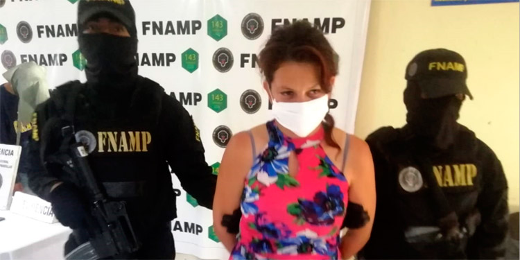 """A Ruth Moreira Rodas, de 25 años, se le capturó cuando bajo intimidaciones cobraba unos números de """"rifas"""" que nunca se llevan a cabo."""