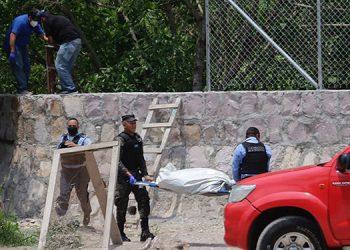 El cuerpo del desconocido ayer mismo fue trasladados a la morgue capitalina para las pruebas científicas e identificarlo mediante exámenes.