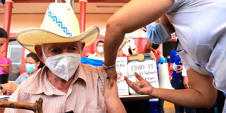 Ayer se aplicó la primera vacuna contra el COVID-19 a un adulto mayor, en el municipio de San José de Colinas, en el departamento de Santa Bárbara.
