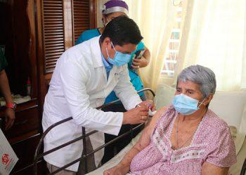 """""""Yo agradezco al Gobierno por lo que han hecho y al que pueda ir a vacunarse, que vaya"""", dijo Julia Albertina Contreras, de 81 años."""