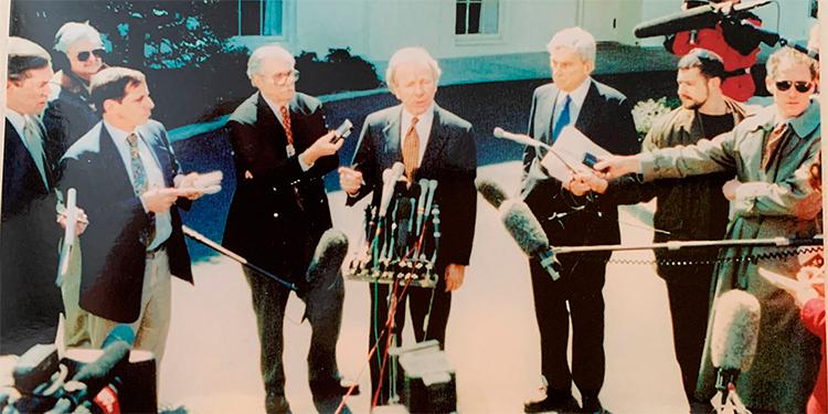 John Warner con el senador Joe Lieberman en la Casa Blanca contestando preguntas de perirodistas.