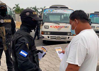Para crear un acercamiento con dueños, operarios y pasajeros del rubro del transporte y la población en general, los agentes antipandillas entregaron boletines en la terminal sampedrana.