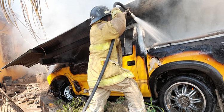 Afortunadamente, al lugar rápidamente llegaron elementos del Cuerpo de Bomberos que extinguieron el fuego del vehículo y la vivienda.