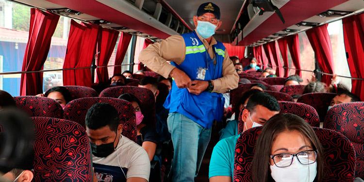 Se recomienda a los transportistas desinfectar de manera constante las áreas de ingreso a las estaciones y los pasajeros deben portar alcohol-gel.