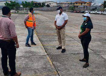 Autoridades supervisaron el estacionamiento de la UTH donde funcionará la vacunación anticovid por autoservicio.