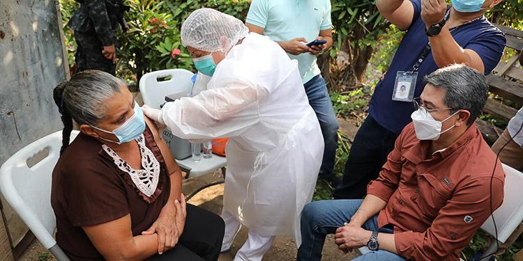 El Presidente Juan Orlando Hernández entregó beneficios sociales a los vecinos de la Campo Cielo y llevó una brigada de vacunación.