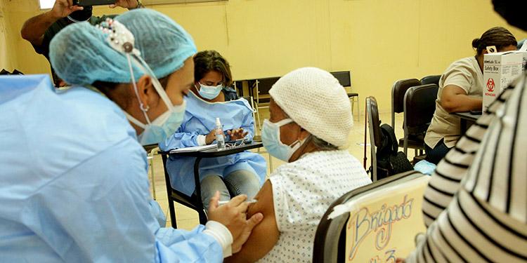Numerosos adultos mayores acudieron a inocularse en el punto de vacunación peatonal ubicado en el Instituto Luis Bográn.