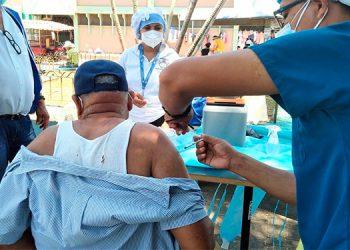 En el parque Central de Tela se vacuna a las personas contra la influenza.