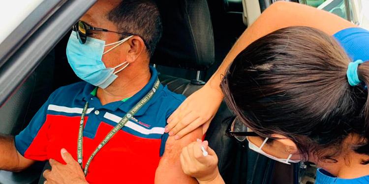 Desde tempranas horas, numerosos taxistas de Roatán llegaron a los puestos de vacunación para inocularse.