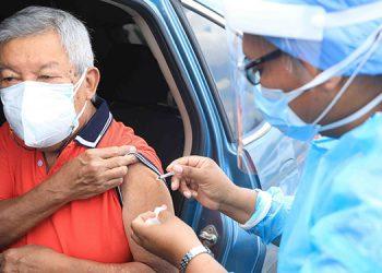 La vacunación de adultos mayores inició 20 minutos antes, ante la afluencia numerosa de personas en los autoservicios.
