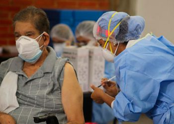 El grupo de las personas de la tercera edad se ha priorizado para vacunación, ya que ha sido el más afectados por las complicaciones que causa el COVID-19.
