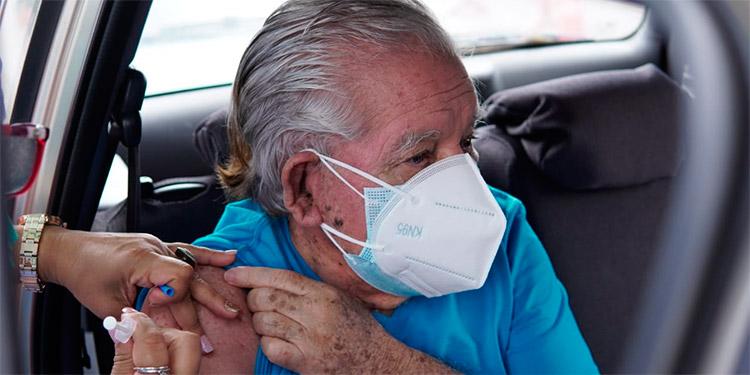 Miles de adultos mayores acudieron ayer a vacunarse, durante el tercer día de inoculación contra el COVID-19.