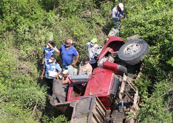 El automotor se precipitó a una profunda hondonada, muriendo en el acto el ayudante del pesado vehículo.