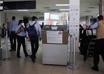 Algunos viajeros se quedan un mes hasta recibir una segunda dosis, otros van dos veces y los que logran la vacuna Johnson & Jonhson una sola vez, según las agencias de viaje.