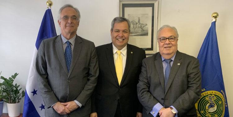 El director de la OIC, José Sette; el presidente del BCIE, Dante Mossi y el embajador hondureño el Reino Unido, Iván Romero Martínez.