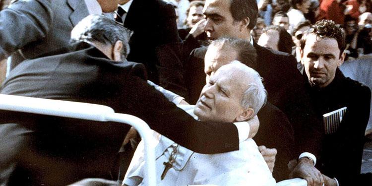 Fotografía tomada el 13 de mayo de 1981 que muestra a Juan Pablo II cayendo tras tras ser alcanzado por un proyecil disparado por Mehmet Ali Agca, durante una audiencia general en la Plaza de San Pedro en la Ciudad del Vaticano. EFE
