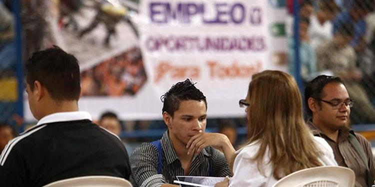 """El dirigente obrero, José Luis Baquedano, manifestó que más de 1.5 millones de hondureños están sin empleo a nivel nacional.   Esta situación se agravó desde la llegada de la pandemia por el COVID-19 en marzo del 2020 y las tormentas tropicales Eta y Iota le dieron el tiro de gracia.   Muchos trabajadores del sector privado fueron suspendidos y despedidos, poniendo en precario el poder adquisitivo de estas familias.   """"Para nosotros hay por lo menos 1.5 millones de hondureños sin empleo en el país y más de 2 millones en el sector informal de la economía"""", manifestó.   """"Aquí hay familias enteras que ni un miembro de la familia tiene empleo y por eso vemos tanta gente en el sector informal de la economía y en las calles hay cualquier cantidad de gente pidiendo dinero y comida porque no hay empleo"""", mencionó.   """"Estamos en calamidad doméstica, viviendo con menos de un dólar al día, familias completas que no tienen ingresos"""", añadió.   Inversión   Baquedano aseguró que no hay empleo por falta de inversión, tanto pública como privada, en ese sentido, consideró que es imperativo crear incentivos para atraer la inversión.   """"Eso por el tema de impuestos, la extorsión, el costo de los servicios públicos, todos esos nos son incentivos para que empresarios nacionales y extranjeros no inviertan en el país"""", señaló.   """"En salir de esto tenemos que generar las condiciones adecuadas, combatir la inseguridad y la inseguridad jurídica, la seguridad ciudadana, la inseguridad política"""", recomendó.   Aunque miles de empleos ya se recuperaron desde la apertura económica, muchos si se perdieron completamente por el cierre definitivo de empresas."""