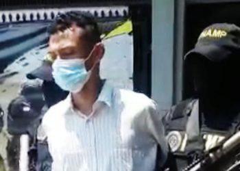 """SAN PEDRO SULA, Cortés. Mientras realizaba el cobro de extorsión a comerciantes en el sector de Chamelecón, fue detenido un """"gatillero"""" de la Mara Salvatrucha (MS-13).  El arresto fue hecho por la Fuerza Nacional AntiMaras y Pandillas (FNAMP), durante un operativo, la mañana de ayer, en la aldea Chotepe, donde los agentes lograron la captura de Josafat Asahel Benítez Ortiz (19), alias """"El Bueno"""", y la información detalla que tiene cinco años de pertenecer a la organización criminal.  Actualmente era el responsable de recibir y recolectar el dinero producto del cobro de extorsión a los comerciantes y transportistas en el sector Chamelecón, de la """"ciudad industrial"""".   El sujeto fue remitido a los juzgados correspondientes por suponerlo responsable de cometer el delito de extorsión en perjuicio de testigos protegidos. (JGZ)"""
