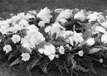 1Con amor coronas de flores que el virus no puede marchitar  en las tumbas donde descansan muchas madrecitas.
