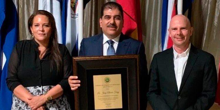 La presidenta de la Cámara de Comercio e Industrias de Intibucá, Jessica Zamora y el presidente de la Cámara de Comercio de Cortés, Pedro Barquero, junto a Jorge Faraj.