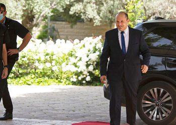El político israelí Naftali Bennett llega a su reunión con el presidente Reuvin Rivlin en Jerusalén el 5 de mayo del 2021. (Foto AP/Maya Alleruzzo)