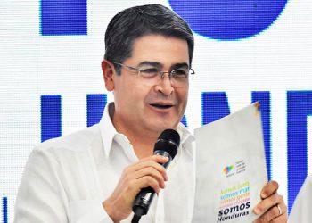"""Juan Orlando Hernández, dijo que el primer volumen del Plan Nacional de Reconstrucción y Desarrollo Sostenible es """"un esfuerzo conjunto"""", de cooperación internacional, países amigos y hondureños de distintas posiciones políticas. EFE"""