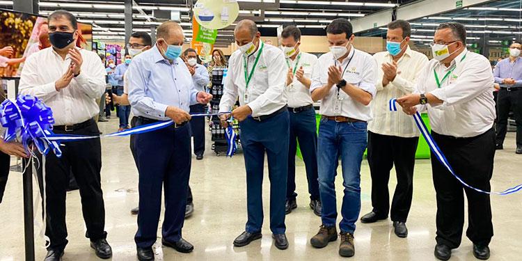 Leonel Giannini, presidente ejecutivo de Supermercados La Colonia, corta la cinta dando por inaugurada la tienda número 10 de la cadena de supermercados 100% hondureña en San Pedro Sula y 54 a nivel nacional.