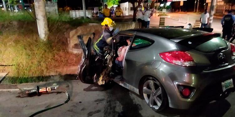 e los cuatro ocupantes del vehículo, tres resultaron lesionados, dos de ellos estaban atrapados en el amasijo de hierro.