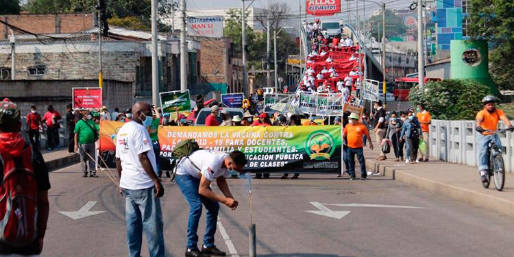 En la marcha atípica del Primero de Mayo, también fue notorio que este año la encabezaran representantes de las organizaciones magisteriales.
