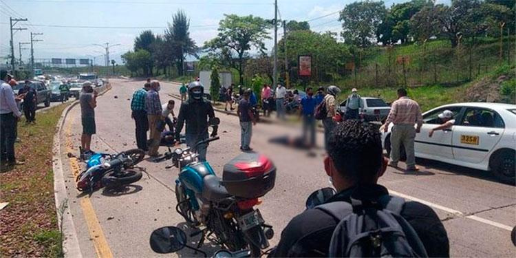 El aparatoso accidente dejó como saldo un muerto y dos motociclistas gravemente heridos.