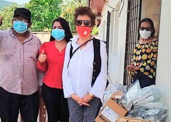 """La presidenta de la Fundación """"Margie Dip"""", Margie Dip; la candidata a alcaldesa de Tela, Elva Nely Ruiz y Félix Ruiz, coordinador del Partido Libre, en la entrega de los insumos de bioseguridad."""