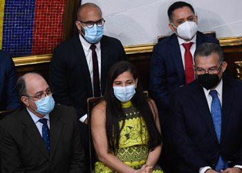 Los recién nombrados rectores del Consejo Nacional Electoral de Venezuela (CNE), Pedro Calzadilla, Tania D'Amelio y Enrique Márquez.
