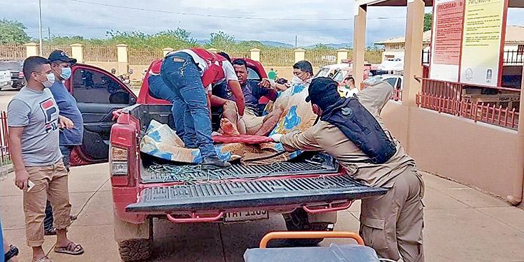 Paramédicos de la Cruz Roja y del Cuerpo de Bomberos realizaron el transbordo de pacientes auxiliados por motoristas de vehículos particulares.