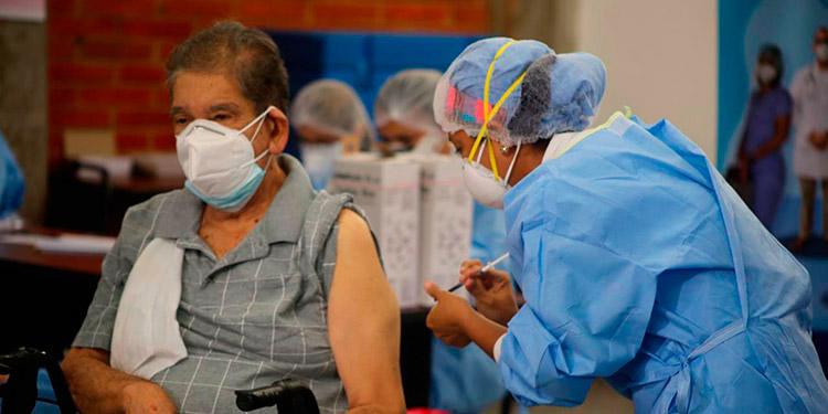 Según la directora del PAI, existe cierta renuencia de los adultos mayores para recibir la vacuna contra el COVID.