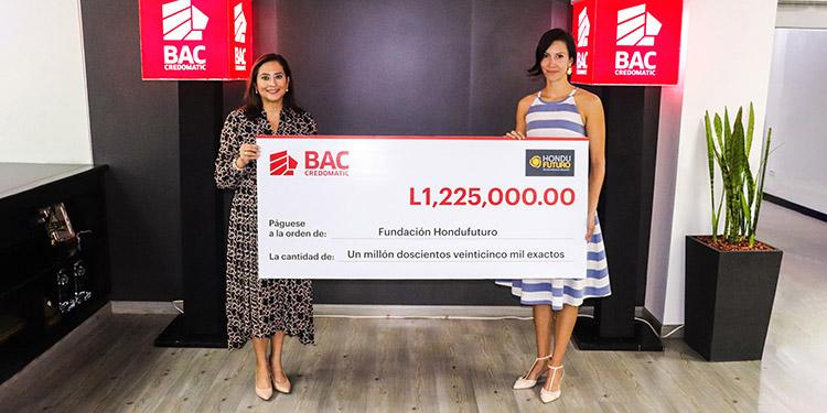Valeria Rios, vicepresidente de Mercadeo y Comunicación de BAC Credomatic Honduras, entrega el cheque por 1 millón, 225 mil  lempiras a  Fabiola Ráquel, directora ejecutiva de la Fundación HonduFuturo.