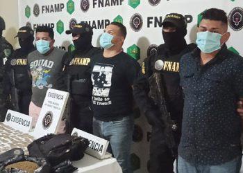 """Los miembros de la banda """"Los Al Qaeda"""", fueron capturados en posesión de 160 envoltorios con marihuana y una bolsa negra con la misma droga a granel."""
