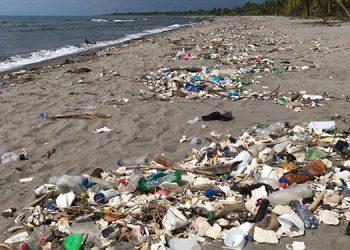 De nuevo las playas hondureñas, inundadas de basura chapina.