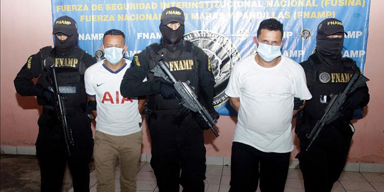 """Los dos miembros de la banda criminal """"Los Benjamins"""" fueron capturados en la zona de la colonia Cerro Grande y se les sindica de sicariato y cobro de extorsión."""