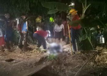 Los bomberos sacaron el cuerpo de Paulino Alonso Martínez y fue entregado a autoridades policiales y de Medicina Forense, en presencia de su madre.