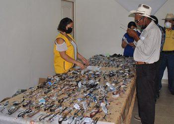 La brigada entregó lentes graduados para lectura y realizó exámenes de la diabetes, entre otros análisis.